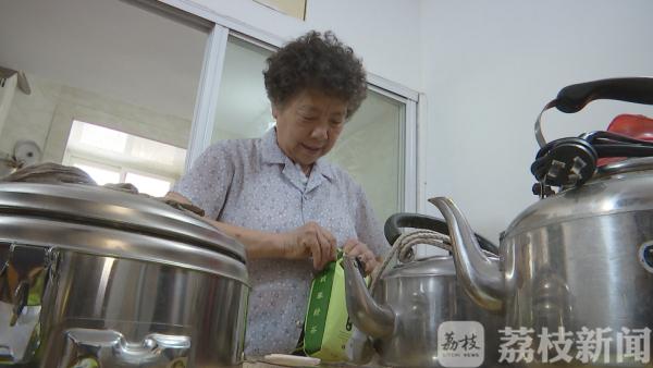崔奶奶正在準備茶水(圖片來源:荔枝新聞)