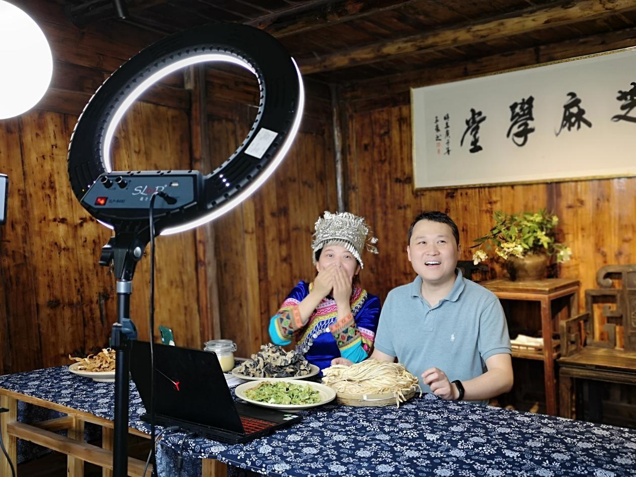 湖南城步縣副縣長劉書軍(右)在直播間為當地農產品帶貨
