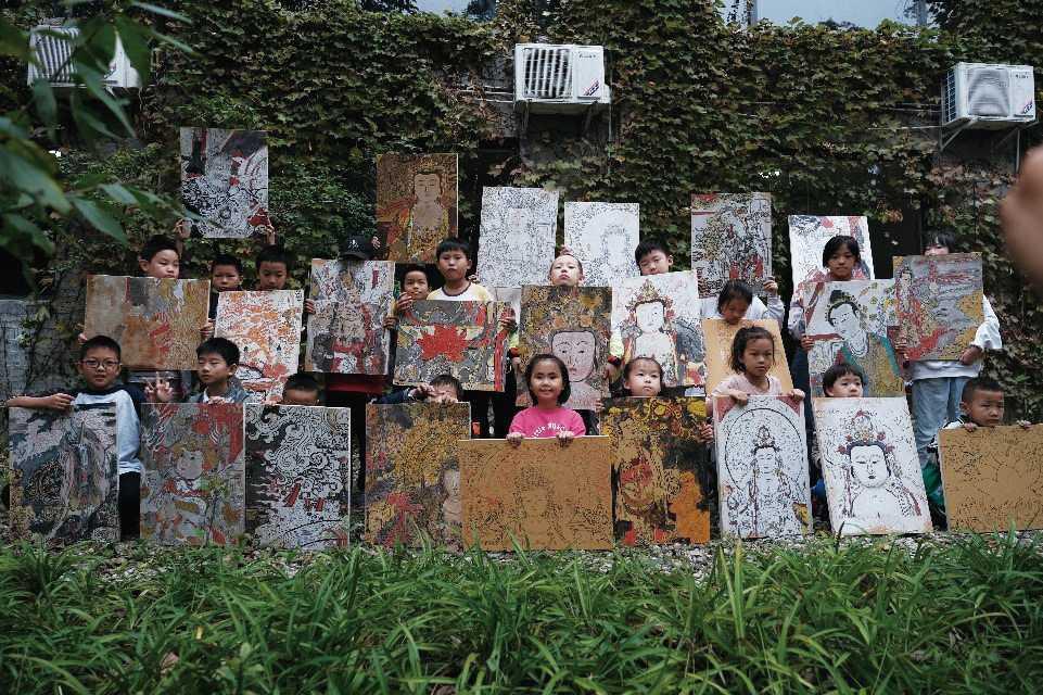 四川美術館與四川尚瀚岩彩重彩畫院合作,組織青少年在新津縣觀音寺進行摹寫社會實踐