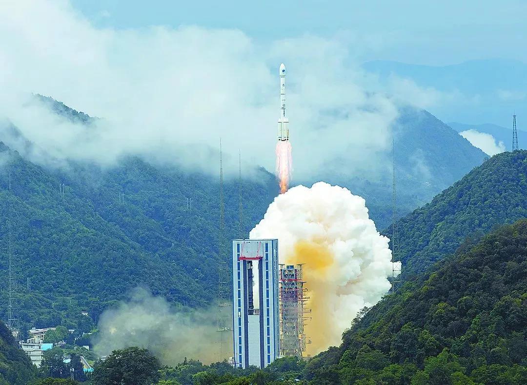 2020年6月23日,我国北斗三号全球卫星导航系统最后一颗组网卫星成功发射,标志着北斗三号全球卫星导航系统星座部署比原计划提前半年全面完成。  新华社记者  江宏景/摄