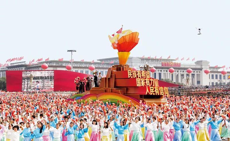 """2019年10月1日,庆祝中华人民共和国成立70周年大会在北京天安门广场隆重举行。这是群众游行中的""""凝心铸魂""""方阵。  新华社记者  李欣/摄"""