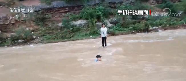 湖北十堰:河水暴涨女孩被困 民警泅水救人