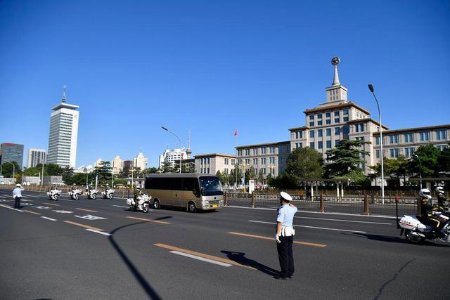 9月8日上午,国家勋章和国家荣誉称号获得者乘坐礼宾车从住地出发,在国宾护卫队的护卫下,前往人民大会堂。新华社记者 陈益宸 摄