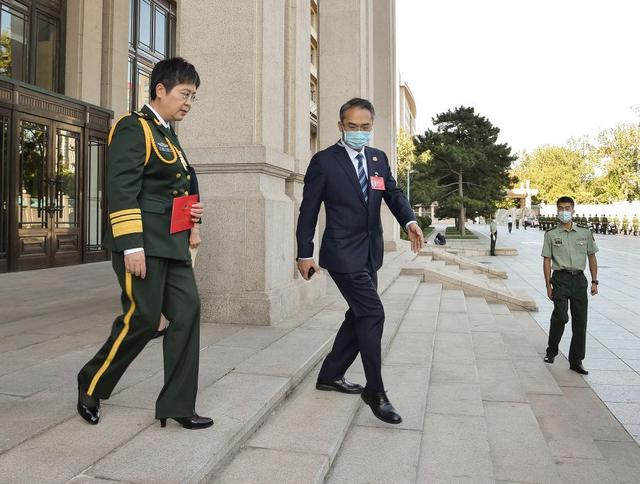 """9月8日上午,""""人民英雄""""国家荣誉称号获得者陈薇走出住地准备上车。新华社记者 李贺 摄"""
