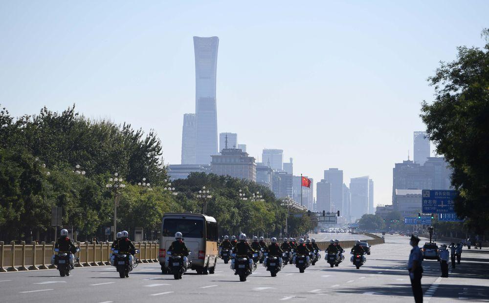 9月8日上午,国家勋章和国家荣誉称号获得者乘坐礼宾车从住地出发,在国宾护卫队的护卫下,前往人民大会堂。新华社记者 陶希夷 摄
