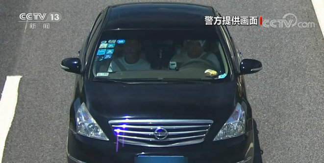 男子无证驾驶遇民警竟交换座位 这也太危险了