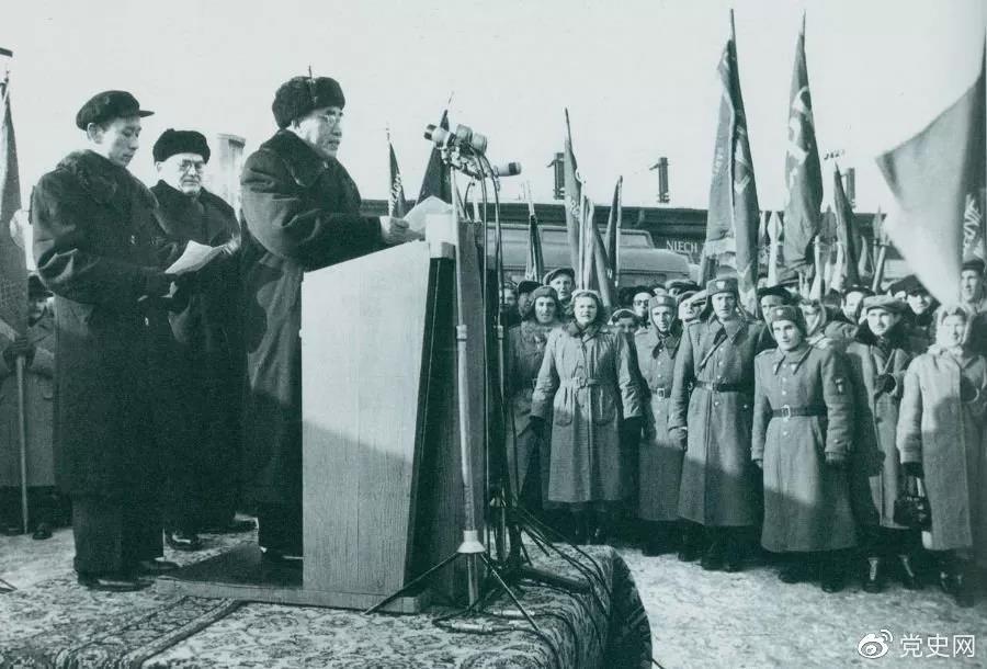 1956年1月30日,朱德访问波兰,在华沙中央车站发表演说。