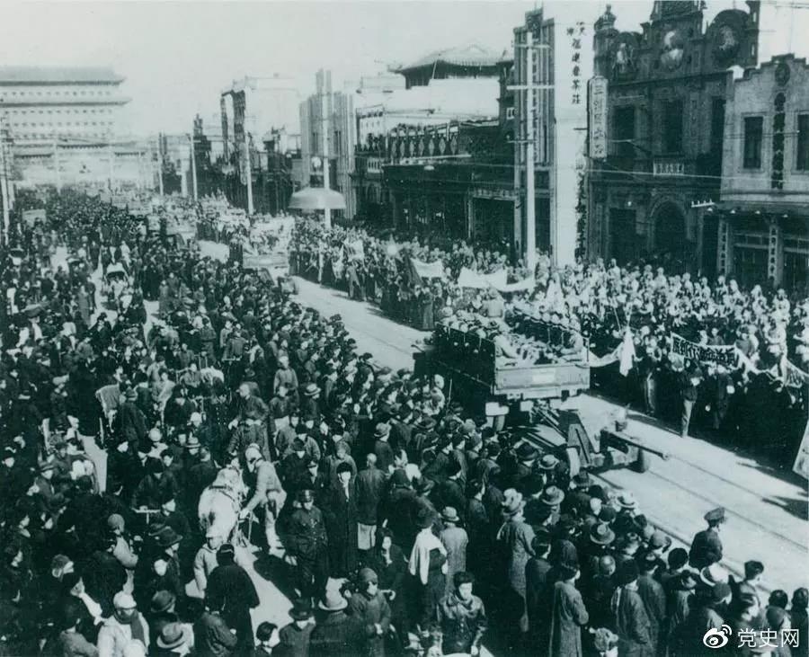 1949年1月31日,北平和平解放。图为人民解放军举行入城式。