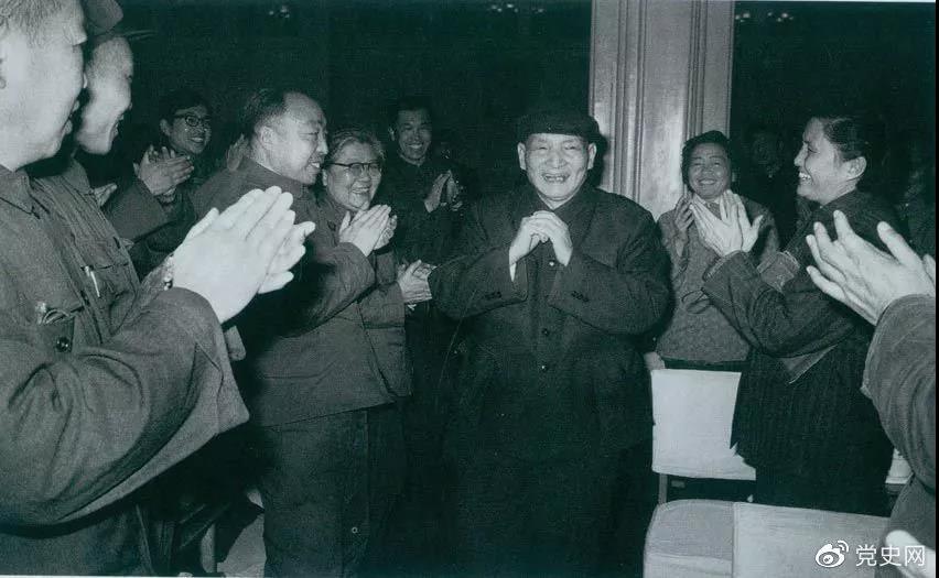 图为1981年2月5日,陈云在北京向教师们祝贺春节。