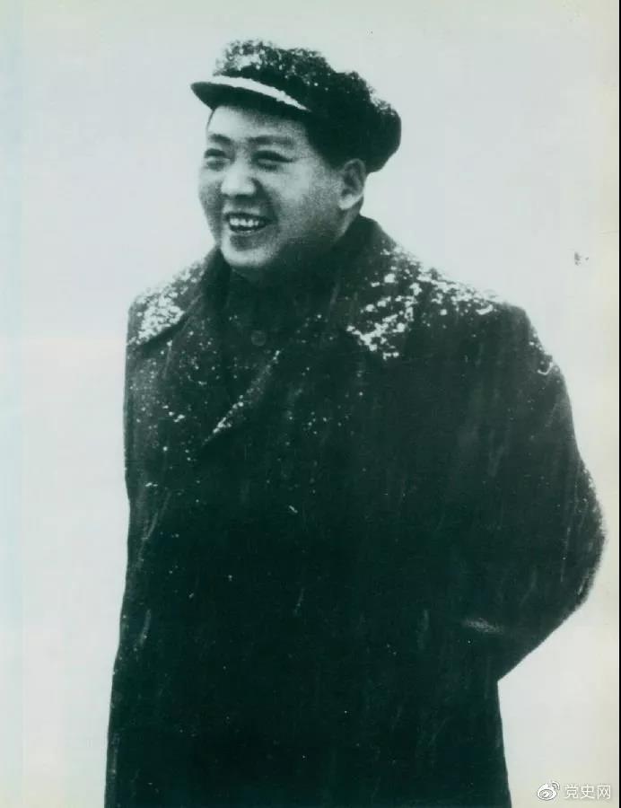 毛泽东于1953年2月16日第一次来武汉。图为毛泽东赴汉口途中下车喜迎春雪。