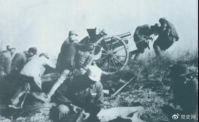 1938年2月22日,129师368旅两个团在井陉与娘子关之间的长生口设伏,击毙日军130余人。图为八路军在此役中缴获的山炮。