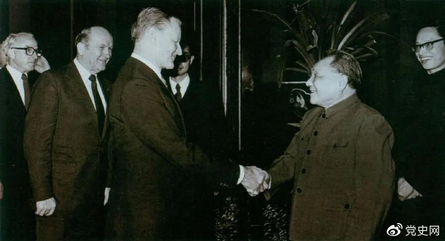 1984年2月22日,邓小平会见美国乔治城大学战略与国际问题研究中心代表团。