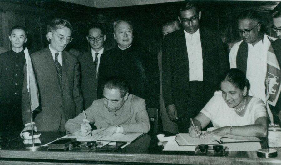 1964年2月26日至29日,周恩来访问锡兰(今斯里兰卡)时,和总理西丽马沃·班达拉奈克夫人签署中锡联合公报。