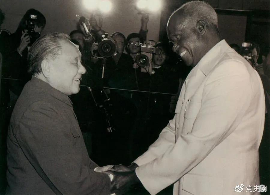 1988年3月1日,邓小平在北京会见赞比亚总统肯尼斯·戴维·卡翁达。