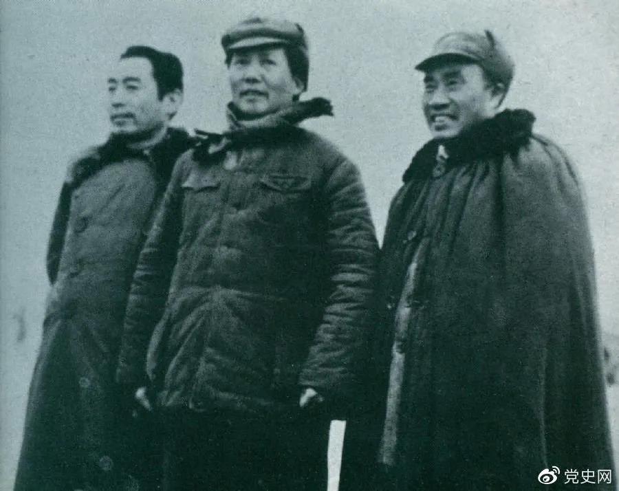 1946年3月4日,毛泽东和朱德、周恩来在延安机场。
