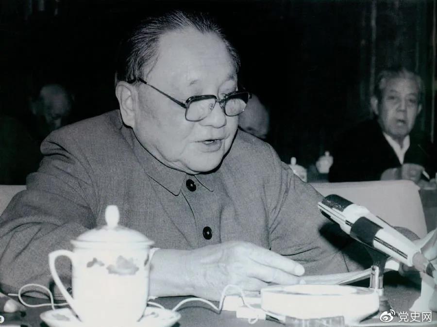 1985年3月7日,邓小平在全国科技工作会议上发表讲话。