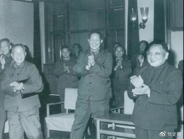 1978年3月,邓小平和参加五届人大一次会议的解放军代表在一起。
