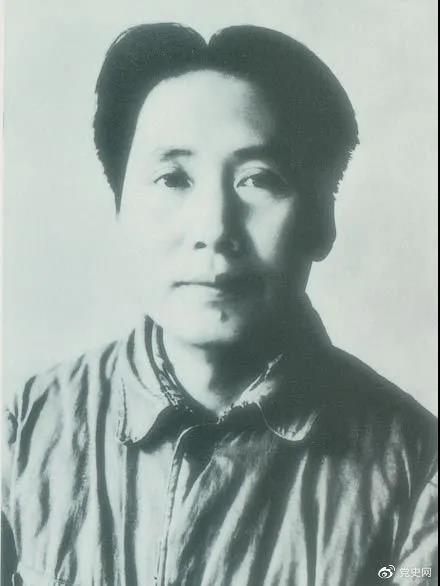 1940年3月11日  毛泽东在党的高级干部会议上作题为《目前抗日统一战线中的策略问题》的报告。