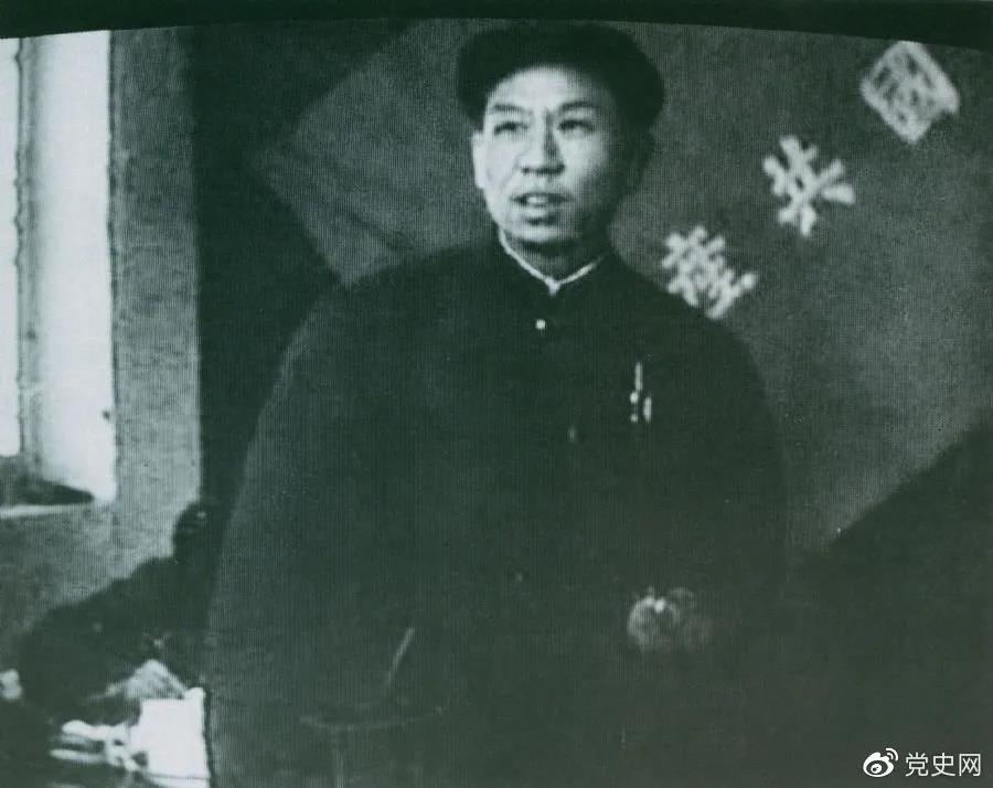 1949年3月,刘少奇在中共七届二中全会上发言。