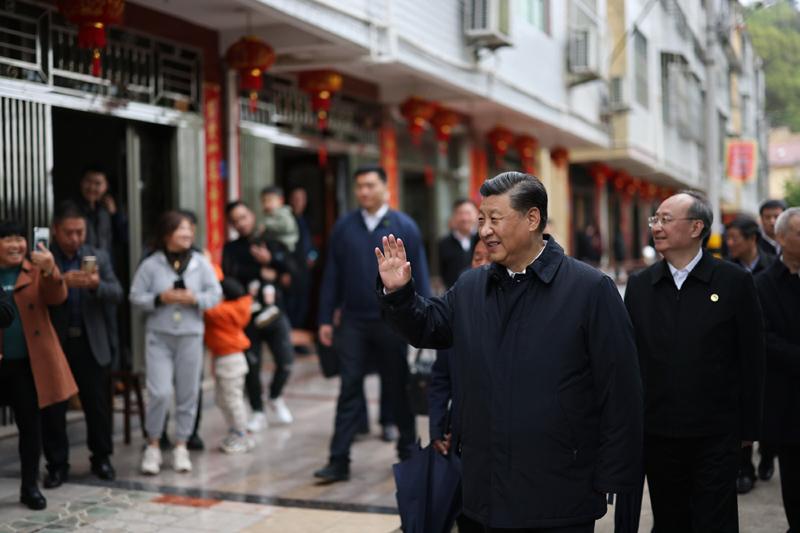 3月22日至25日,中共中央總書記、國家主席、中央軍委主席習近平在福建考察。這是23日下午,習近平在三明沙縣夏茂鎮俞邦村考察時,向村民揮手致意。新華社記者 王曄 攝