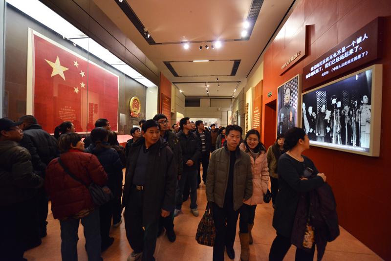 观众在北京国家博物馆参观《复兴之路》展览(2012年12月2日摄)。新华社记者 王全超 摄