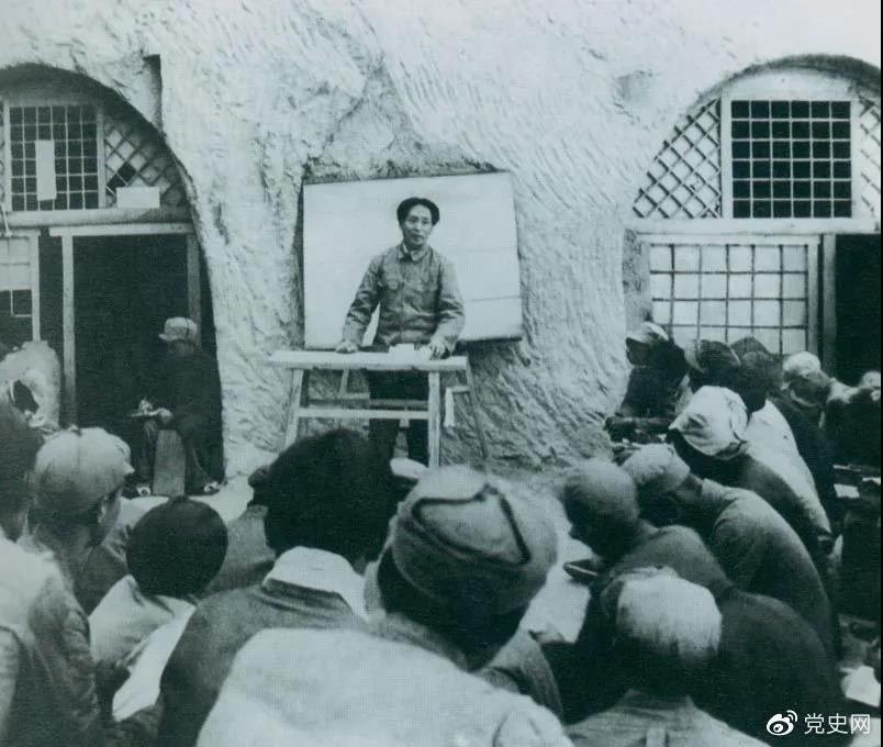 1938年4月,毛泽东在鲁迅艺术学院讲演。
