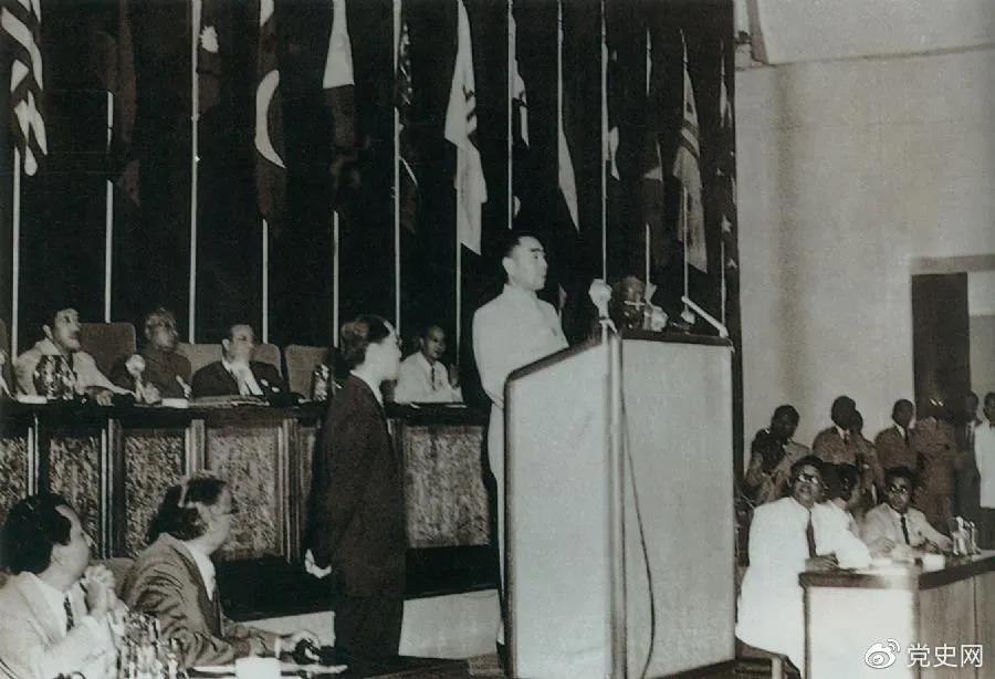 1955年4月18日,亚非会议在万隆开幕。图为19日周恩来在会议上发言。