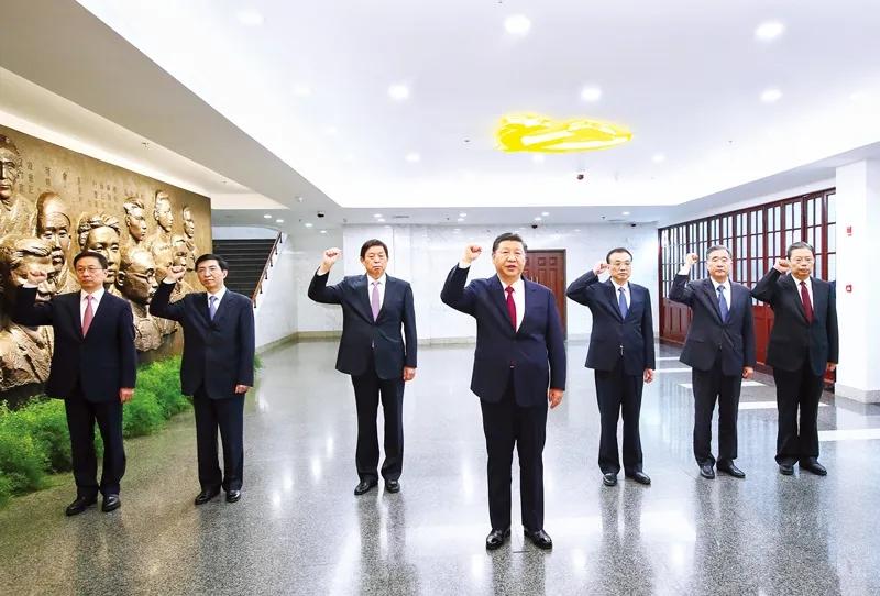 2017年10月31日,中共中央总书记、国家主席、中央军委主席习大大带领中共中央政治局常委李总理、栗战书、汪洋、王沪宁、赵乐际、韩正,瞻仰上海中共一大会址和浙江嘉兴南湖红船。这是31日上午,在上海中共一大会址纪念馆,习大大带领其他中共中央政治局常委同志一起重温入党誓词。新华社记者 兰红光/摄