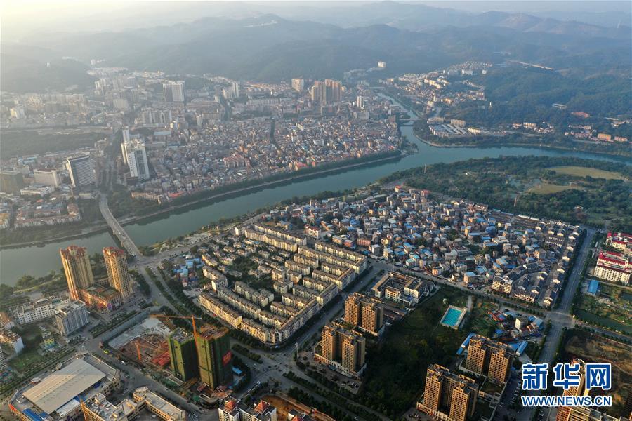 这是广西百色市城区景色(2018年11月28日无人机拍摄)。 新华社记者 周华 摄