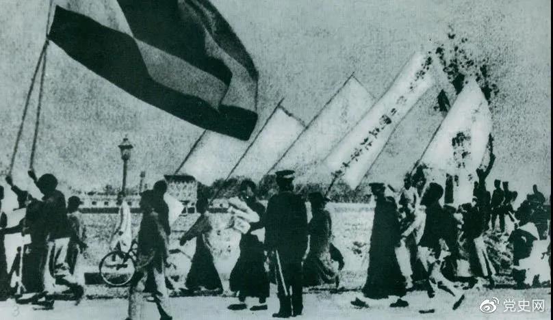 1919年5月4日,北京爆�l�W生反帝����\��。�@是北京大�W�W生的示威游行�伍。