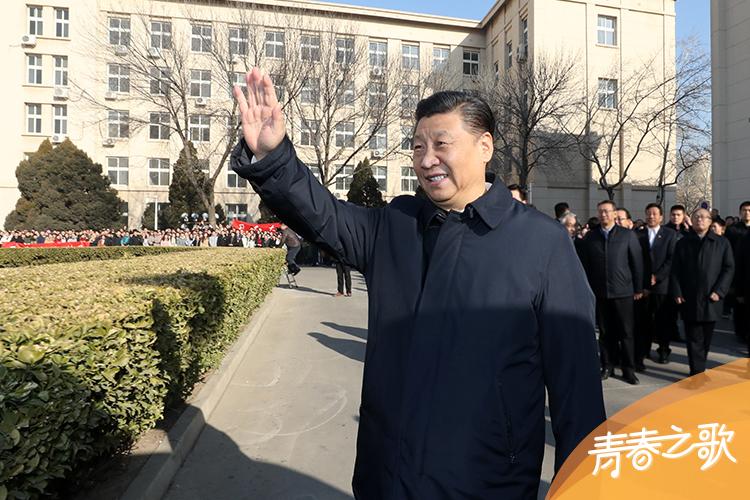 2019年1月17日,習近平在天津南開大學向學生揮手致意。