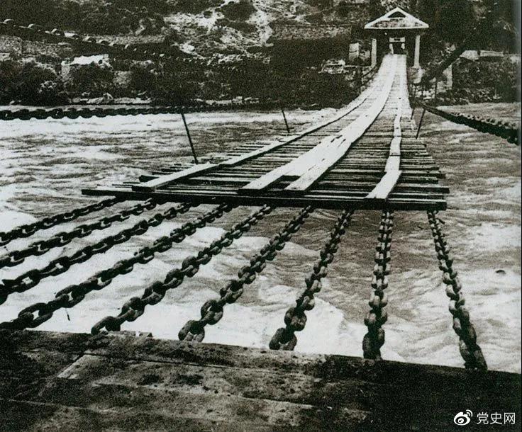 1935年5月29日,中央红军左纵队先头部队在泸定桥西头发起夺桥战斗,胜利抢占大桥。图为泸定桥。