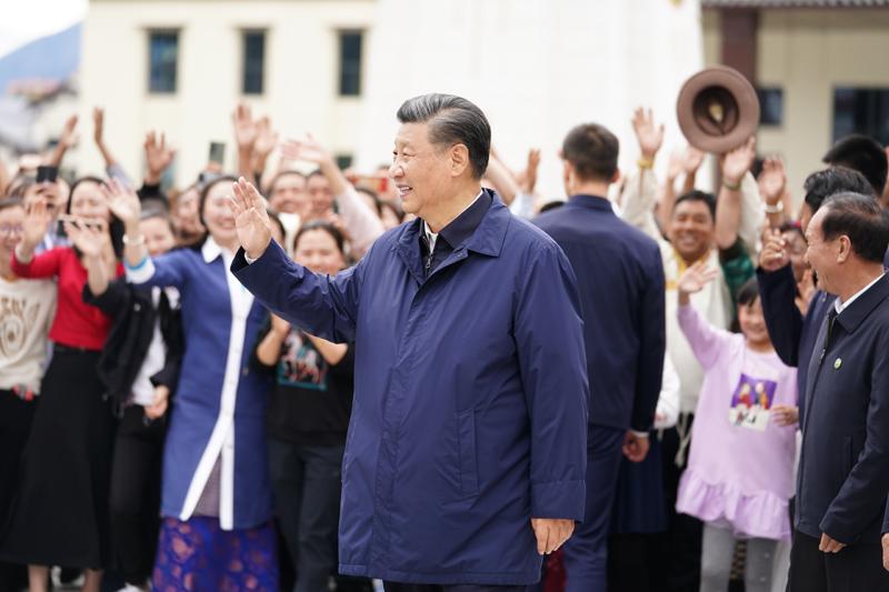 7月21日至23日,中共中央总书记、国家主席、中央军委主席习近平来到西藏,:匚鞑睾推浇夥70周年,看望慰问西藏各族干部群众。这是21日下午,习近平在林芝市工布公园考察时,向当地群众和游客挥手致意。新华社记者 燕雁 摄