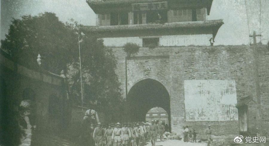 1945年8月下旬,八路军解放山海关。