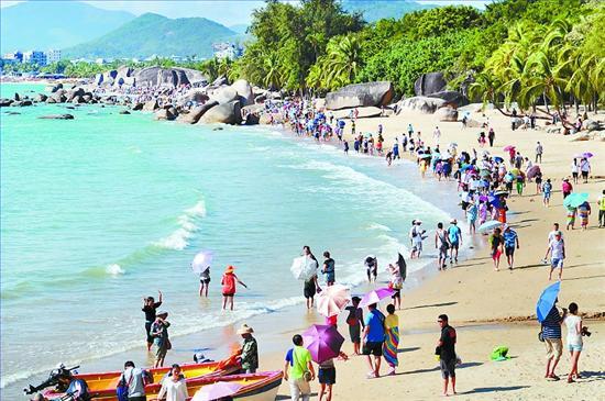 12月1日,游客在三亚天涯海角景区游览.