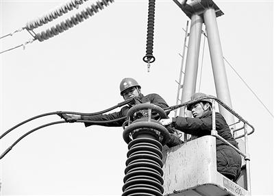 12月9日,山东莱芜电网工作人员在方下镇变电站拆除高频通道的阻波器