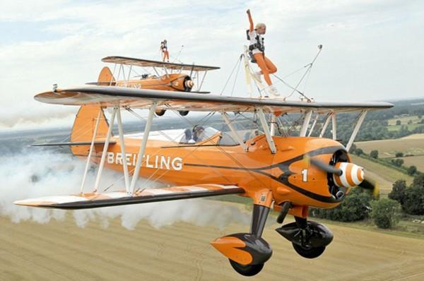 其中罗斯行走的飞机由祖父驾驶.