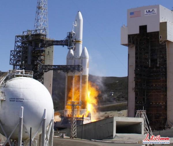 """空军基地将美国最大的""""德尔塔iv""""型重型火箭发射升空"""