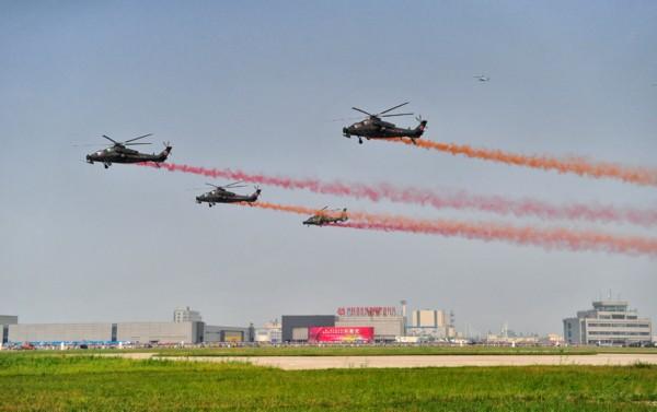 2013年9月7日,陆航风雷飞行表演队武直-10、武直-9直升机编队通场。   摄影:新华社记者 杨光   2013年9月5日至9月8日,第二届天津国际直升机博览会举行。陆航风雷直升机飞行表演队驾驶国产武直-10、武直-9直升机献艺蓝天,进行组建以来的首次飞行表演。   不同于珠海航展上的简单飞行展示,此次长达25分钟的飞行表演中,武直-10大秀飞行绝技,16个单机、双机和多机动作令人叹为观止。   (责编:杨铁虎)