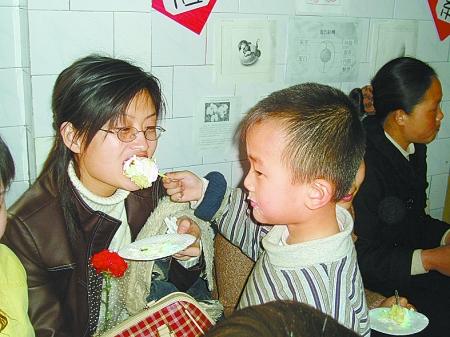 在幼儿园,妈妈陪着孩子一起过生日