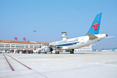 从哈尔滨机场起飞的南航黑龙江分公司a320飞机平稳降落在抚远东极机场