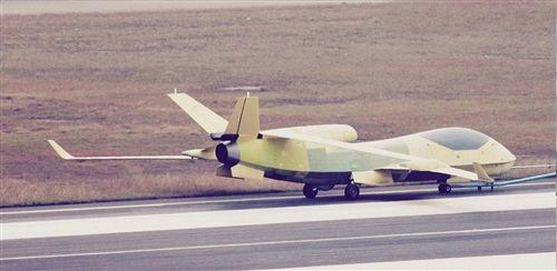 这款新型无人机的发动机进气口安装于机体上方