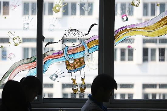 大学生手绘打造小清新教室