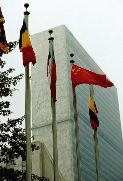 当日,中国国旗首次在联合国总部升起.    新华社记者  李木子摄