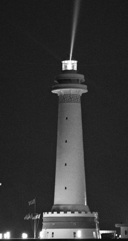 我国南海两座大型灯塔建成发光