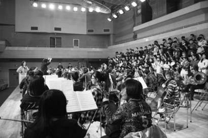 音乐唱段全部由90人交响乐队伴奏与80人的合唱团完成,在舞美灯光方面