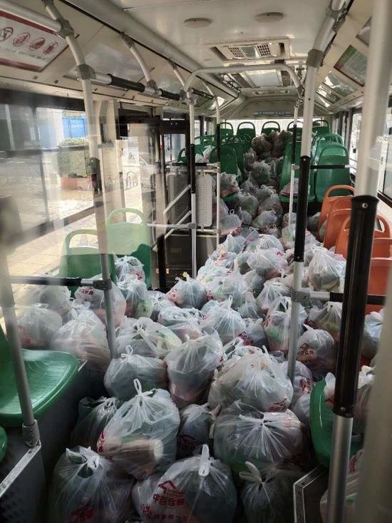 △2月24日13时许,一台公交车上装着310份市民团购的物资,送往社区