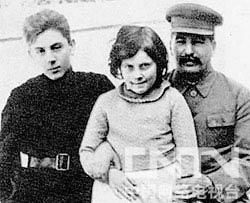 斯大林与儿女在一起(左一为瓦西里,中间为斯维特兰娜)