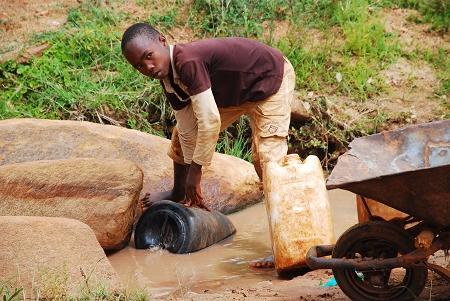 干旱区取水的儿童