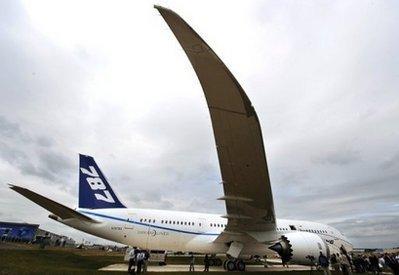 ABoeing787DreamlineraircraftisseenattheFarnboroughAirshowinHampshireonJuly18,2010.TheFarnboroughInternationalAirshowiskickingoffwithBoeingandAirbushopefulofsecuringbigordersfortheirplanesinthefaceofrisingcompetition.(AFP/BenStansall)